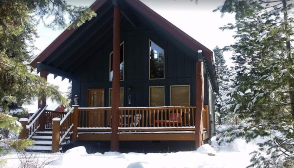 Cabin by the lake of the woods in Oregon in the snow